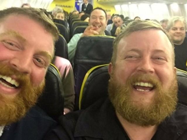 """飛行機の隣の席に""""自分""""!? 瓜二..."""